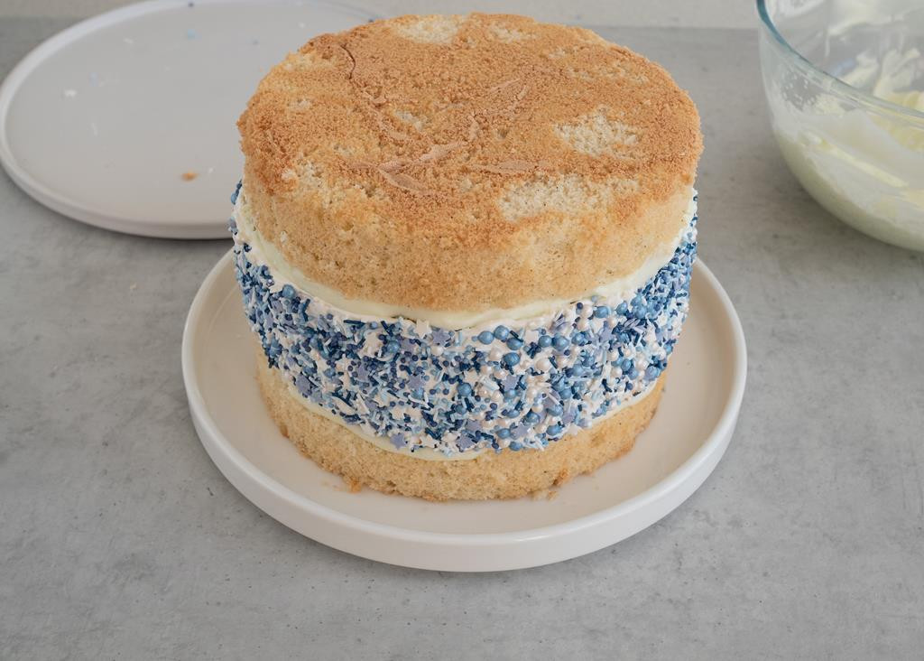 tort z posypką przed nałożeniem kremu