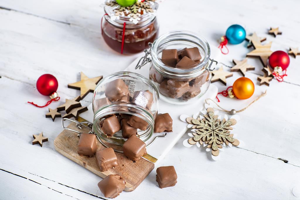 Czekoladowe trufle z miodem w słoiczkach w świątecznej aranżacji
