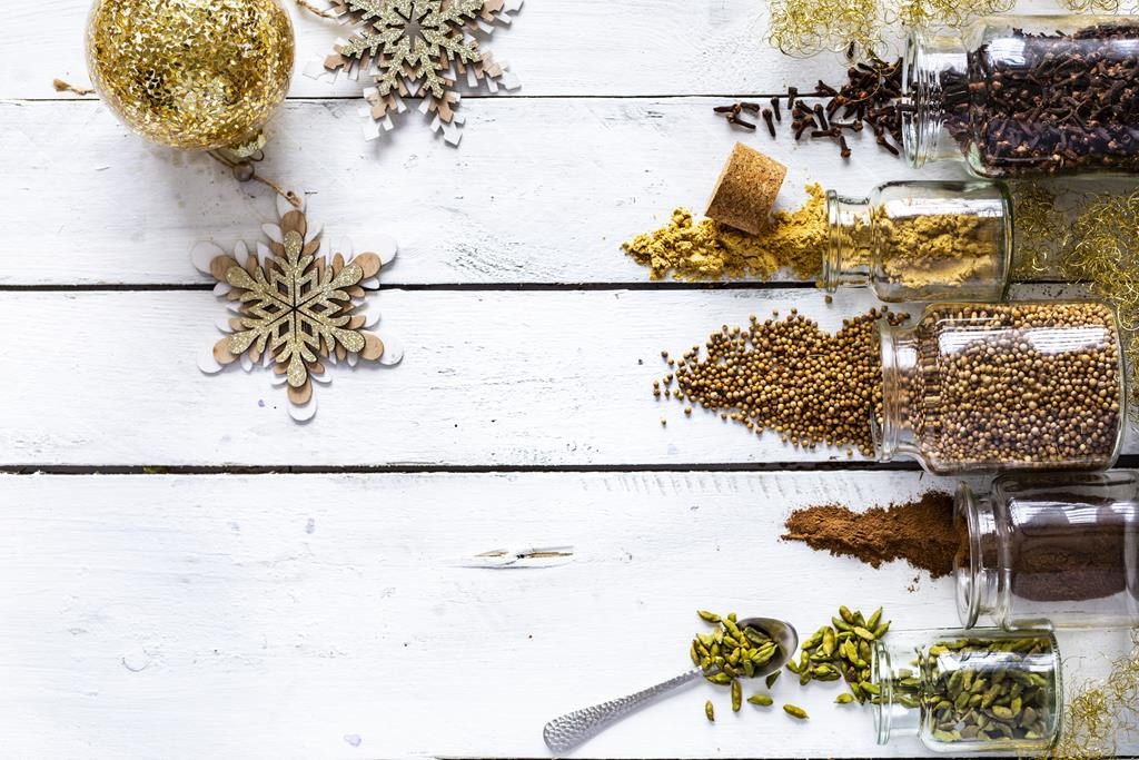 Rozsypane przyprawy świąteczne - kardamon, cynamon, imbir, kolendra, goździki