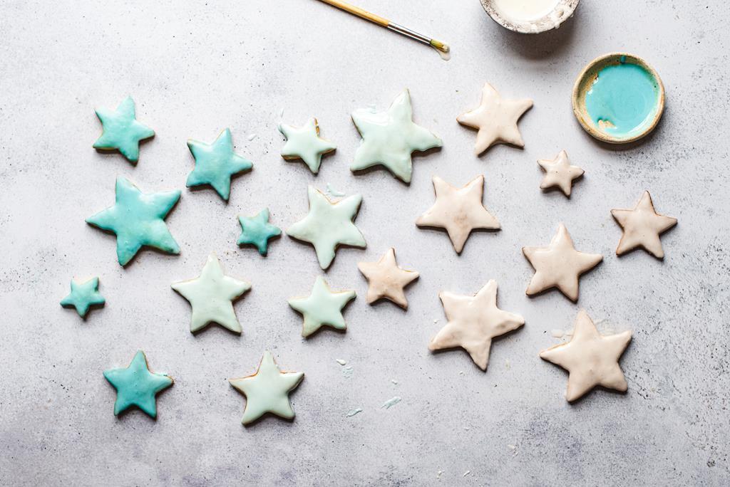 ciasteczka imbirowe w kształcie gwiazdek pokryte kolorowym lukrem