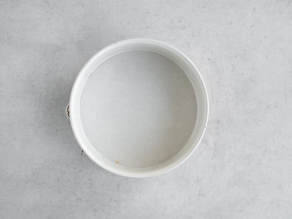 Tortownica wyłożona papierem do pieczenia.