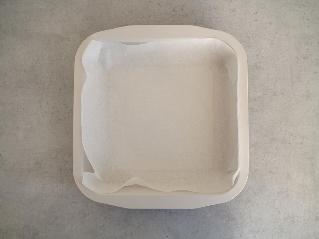 kwadratowa foremka wyłożona papierem do pieczenia