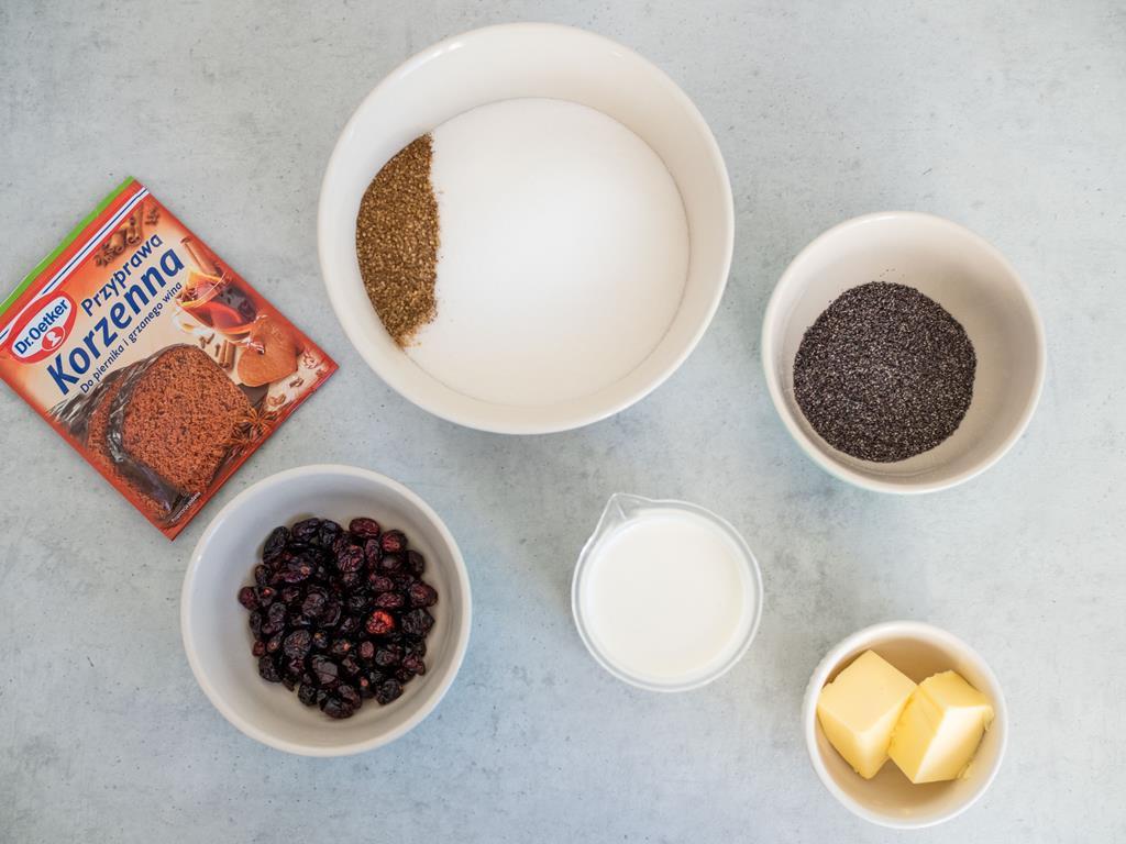 w miseczkach cukier, masło, suszone żurawiny, mak oraz przyprawa korzenna