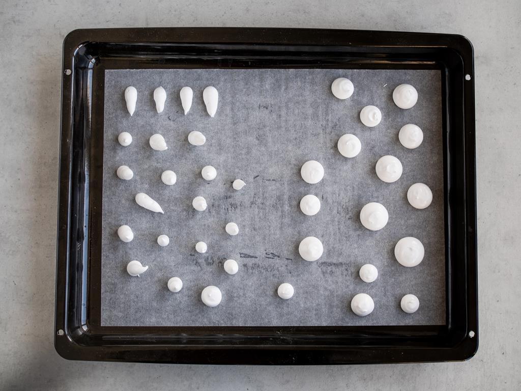 bezowe grzybki przed pieczeniem