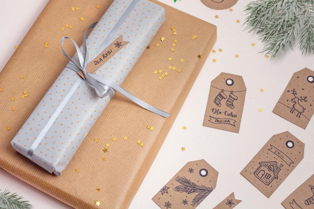 Świąteczne etykiety na prezenty