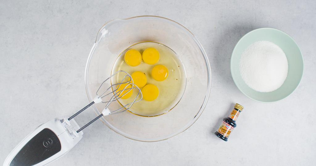 Jajka, cukier i ekstrakt pomarańczowy Dr. Oetkera