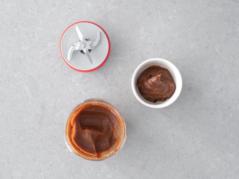 Karmel z daktyli zrobiony ze zblendowanych daktyli.