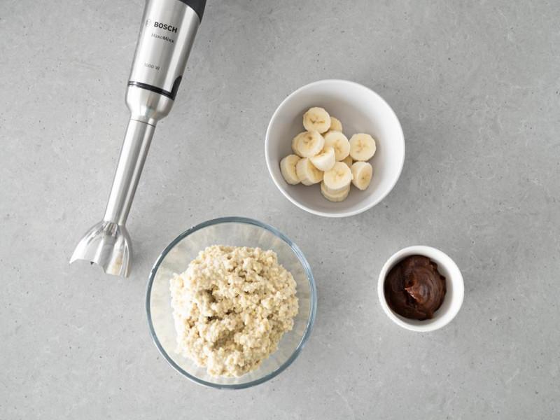 Ugotowana kasza jaglana, banan i karmel z daktyli. Wszystko jest blendowane blenderem Maxomixx firmy Bosch