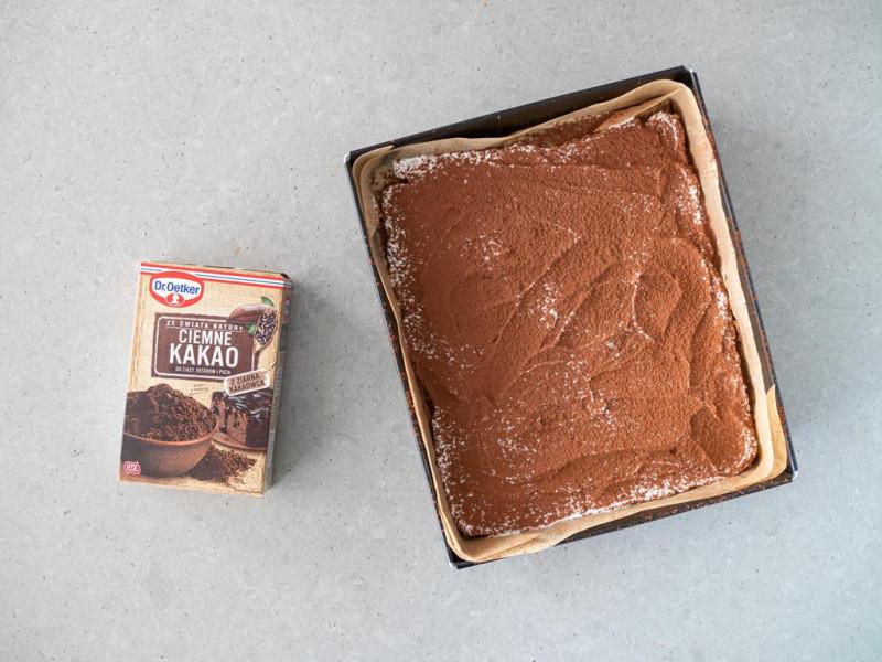 Ciasto a'la 3 bit posypane kakao.