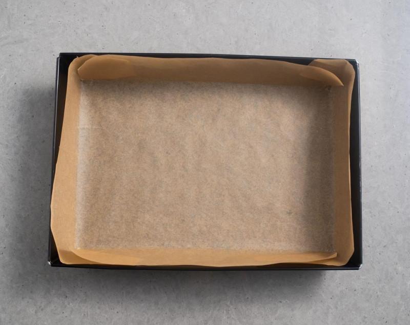 forma 25 x 35 cm wyłożona papierem do pieczenia
