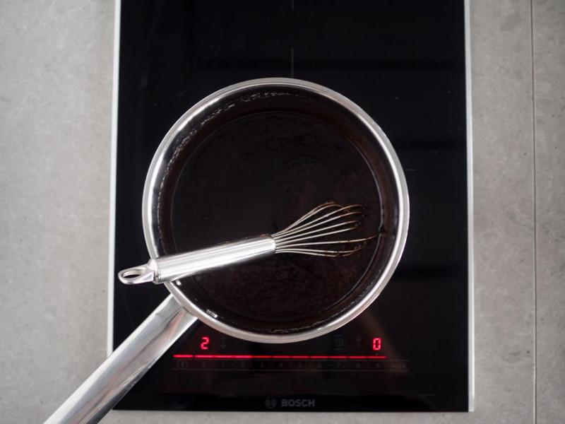 w rondelku masa kakaowa i rózga kuchenna