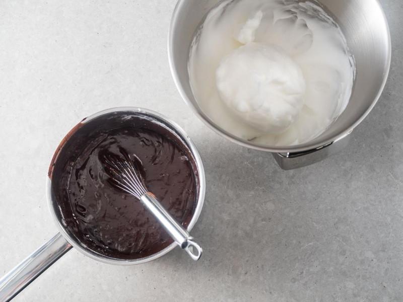 na blacie w barnku nieupieczone ciasto czekoladowe obok w misie bosch ubite białka