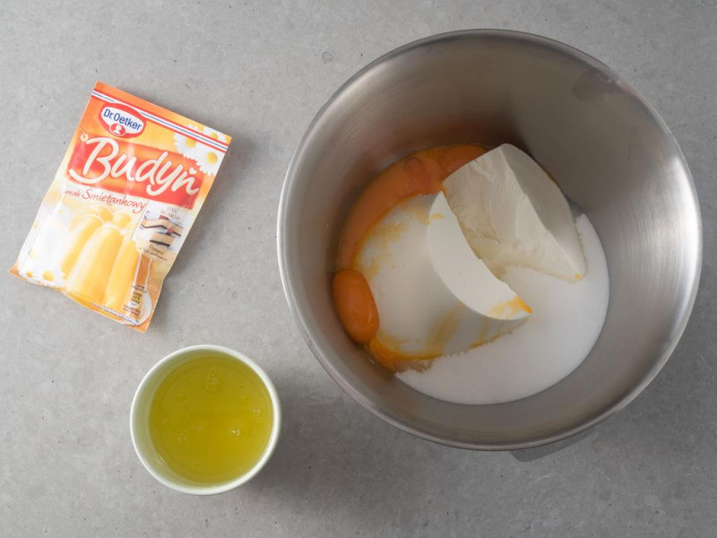 w misie bosch twaróg sernikowy z cukrem i żółtkami, w miseczce białka oraz budyń śmietankowy Dr. Oetkera