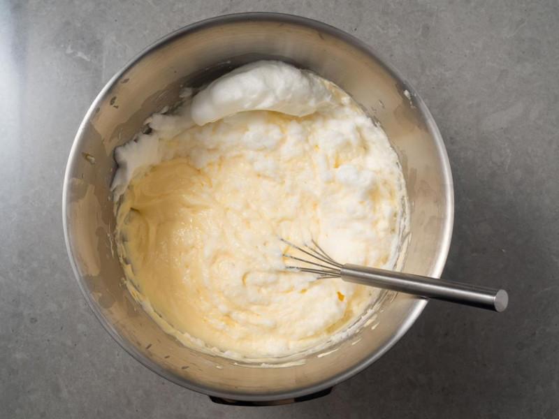 w misce masa serowa z ubitymi białkami