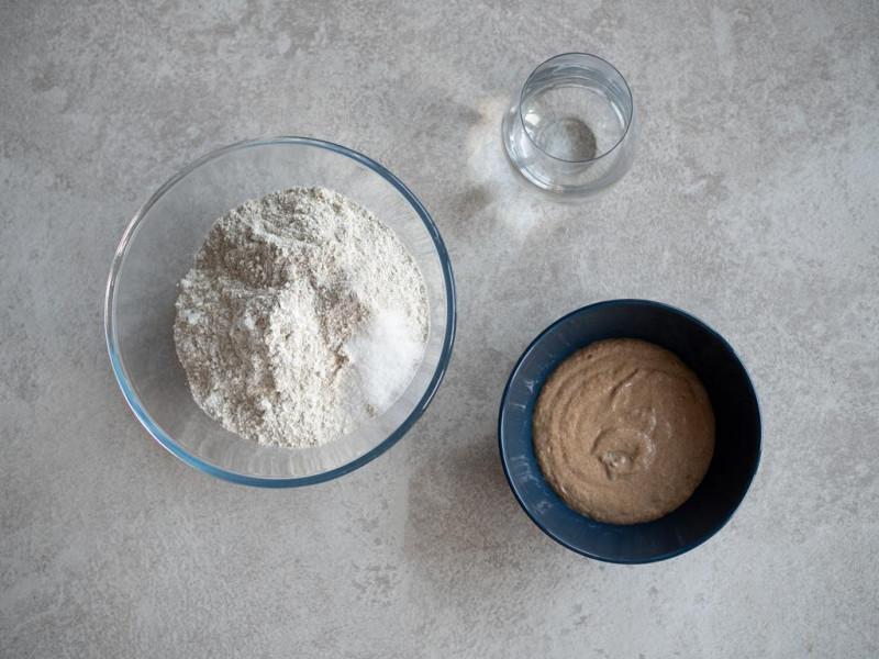 mąka żytnia chlebowa, mąka żytnia razowa, sól, zakwas żytni, woda
