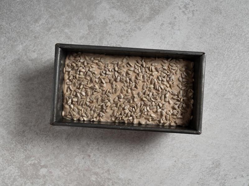 chleb żytni na zakwasie ze słonecznikiem przed pieczeniem