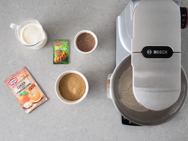 Suche składniki do babki drożdżowej i robot kuchenny MUM firmy Bosch.