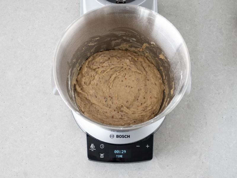 Wymieszane ciasto na babkę drożdżową w misie robota kuchennego MUM firmy Bosch.