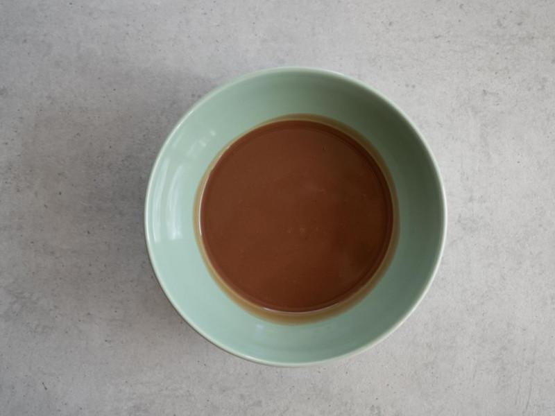 w miętowej miseczce rozpuszczona mleczna czekolada ze śmietaką