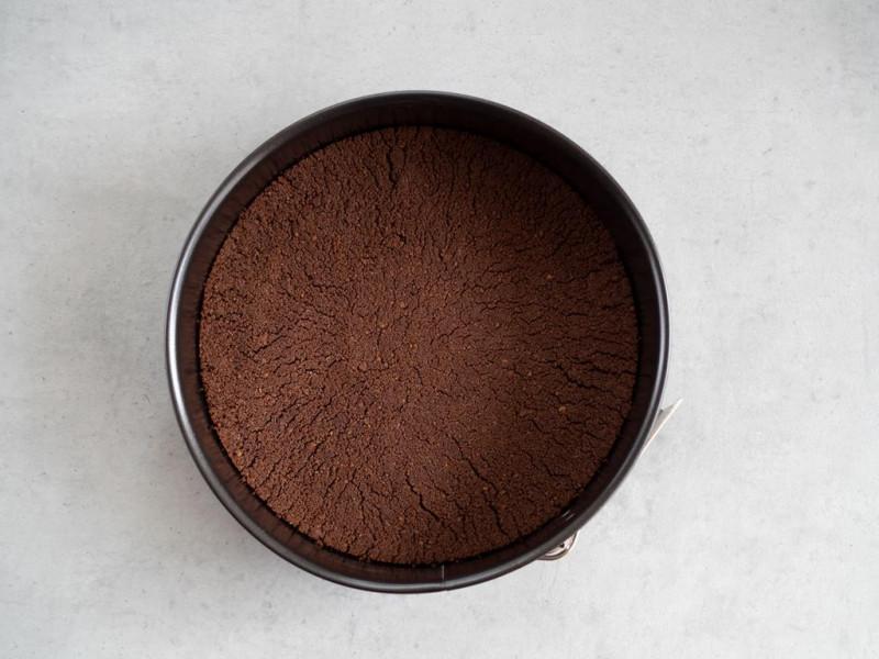 na szarym blacie upieczony spód kakaowy