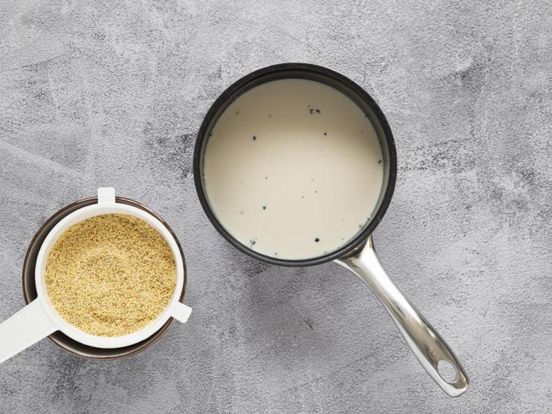 Przepłukana kasza na sitku. W rondelku mleko sojowe z wanilią.