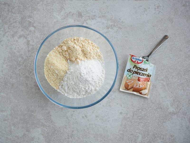 maka ryżowa, mąka z ciecierzycy, mielone migdały, proszek do pieczenia bez glutenu Dr. Oetkera