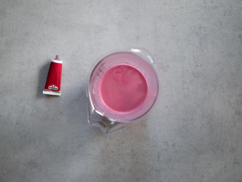 w pojemniku śmietanka z czerwonym barwnikiem dr. Oetkera