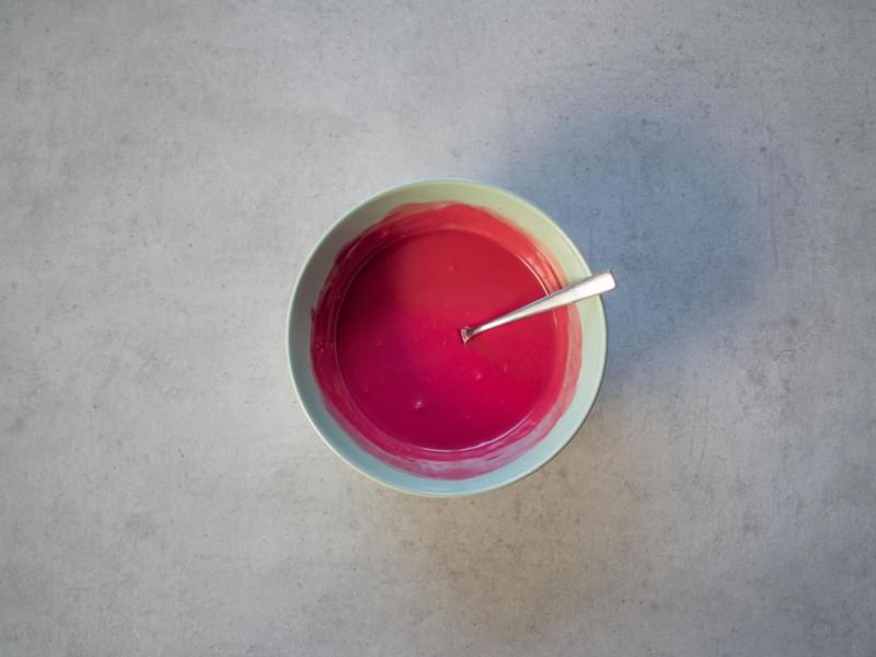 w miseczce zabarwiono na różowo śmeitanka