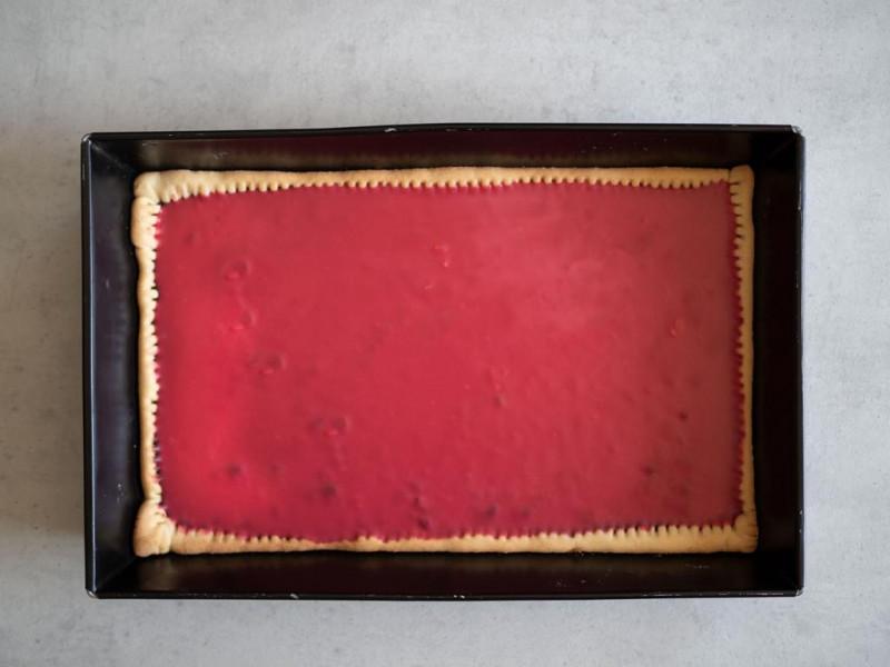 w prostokątnej foremce różowy czekoladowy mazurek