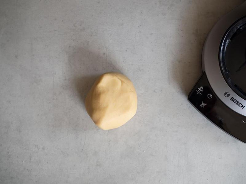 na blacie zagnieciona kulka kruchego ciasta