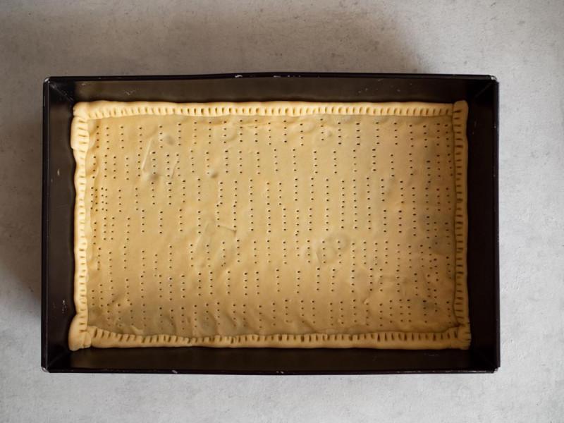 w formie do pieczenia spód nieupieczonego ciasta kruchego