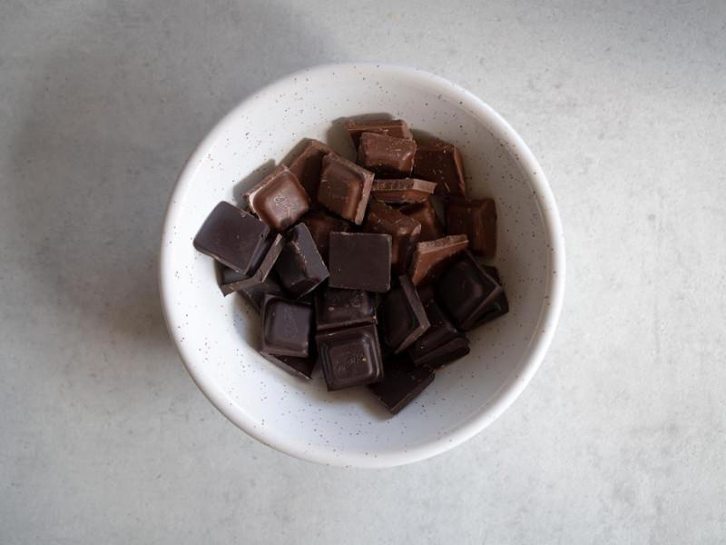 w miseczce mleczna i gorzka czekolada