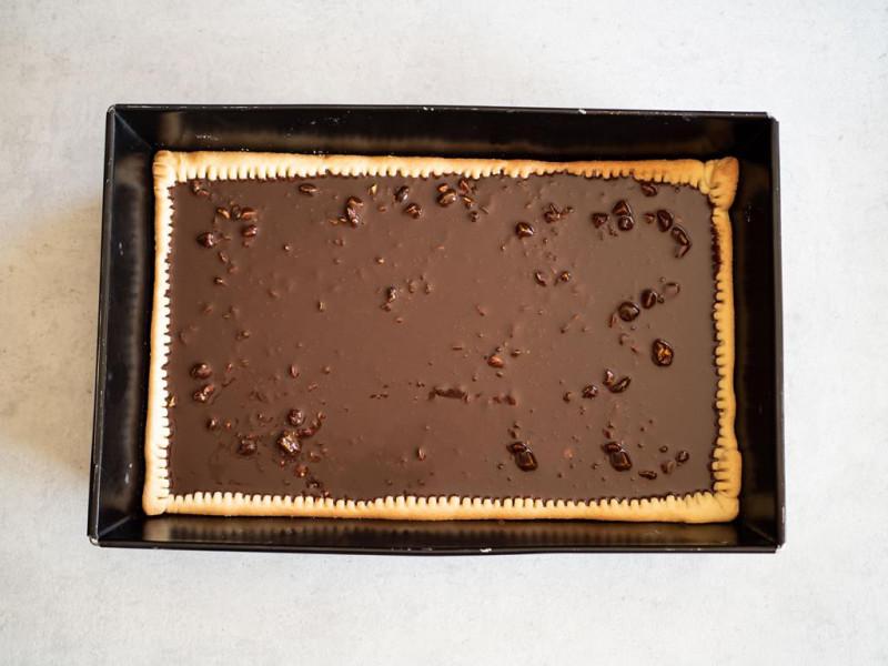 w prostokątnej foremce czekoladowy mazurek