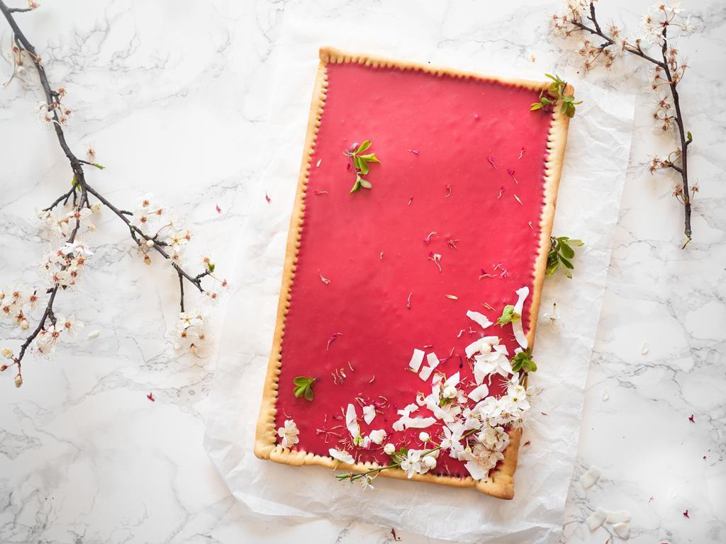 na stole różowy mazurek z białej czekolady