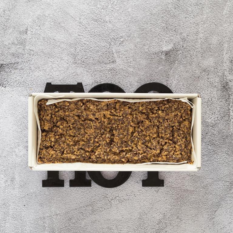 Upieczony chleb z kaszy jaglanej na kratce do studzenia.