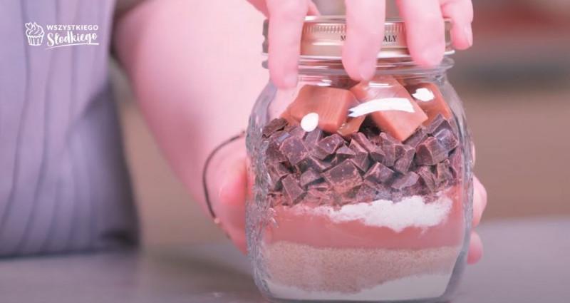 Brownie w słoiku z mąką, brązowym cukrem, kakao, cukrem z wanilią, posiekaną gorzką czekoladą i kawałkami krówek