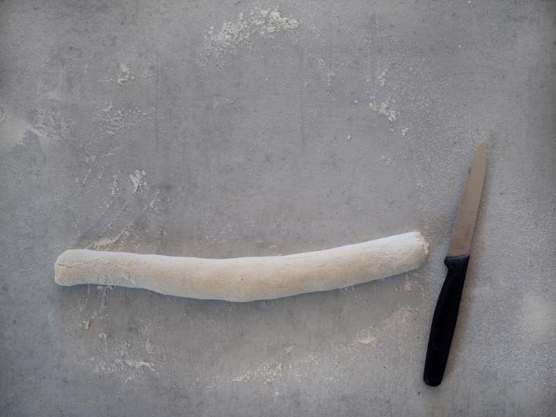 na blacie utoczony wałek z ciasta na kluski leniwe