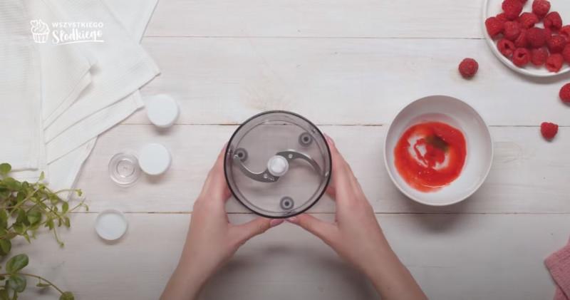Wszystkie wymieszane składniki na balsam do ust i blender