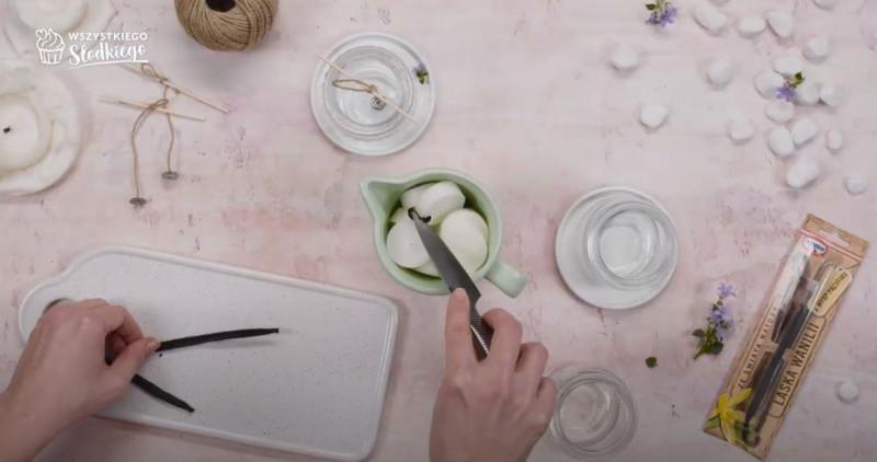 Nacięte laska wanilii umieszczona w wosku