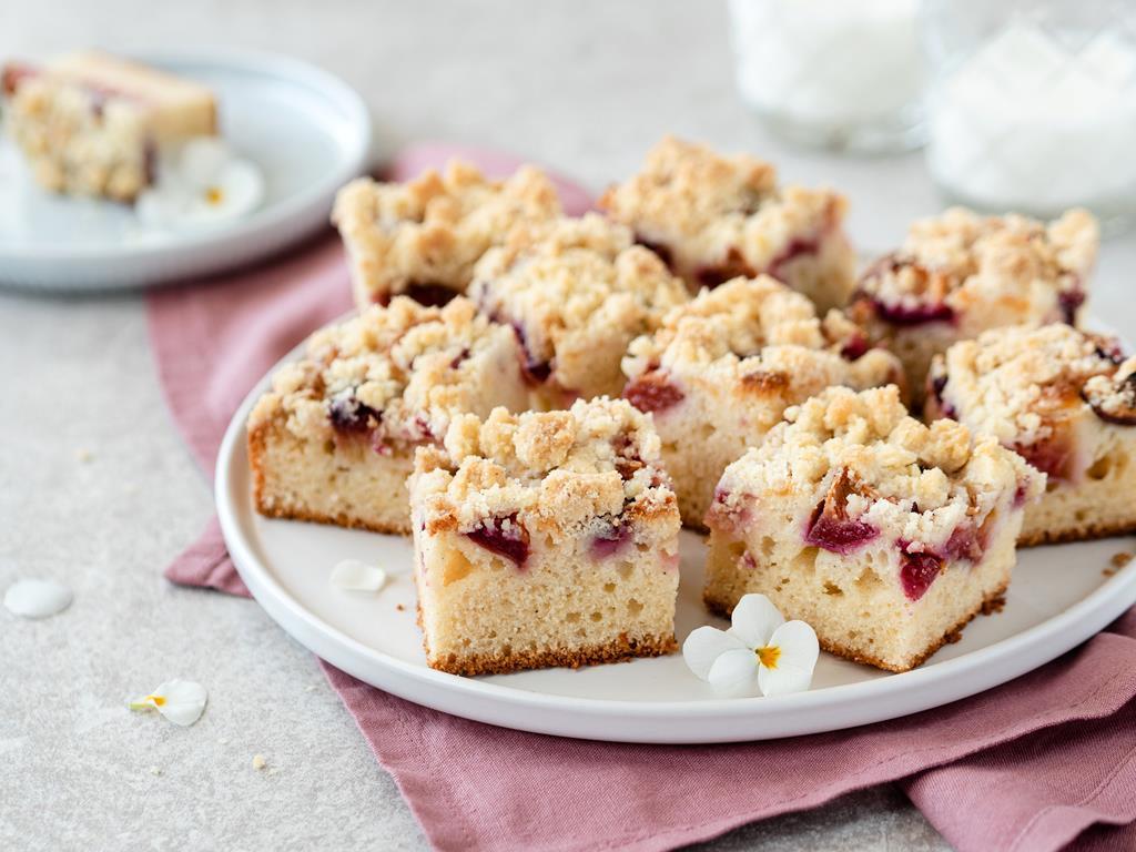 jogurtowe ciasto z kruszonką i owocami - Wszystkiego Słodkiego. Przepis z Dzień Dobry TVN
