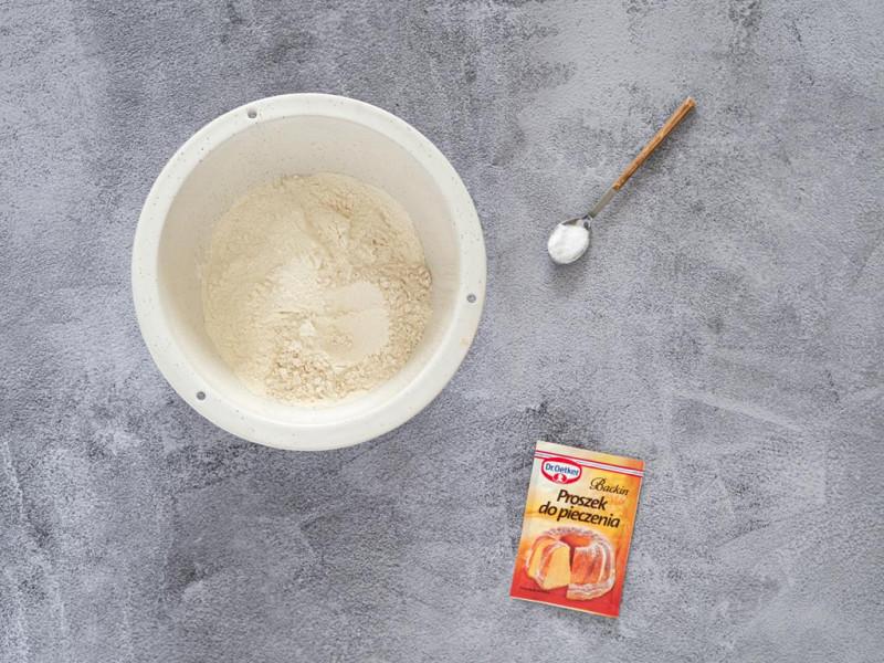 Mąka pszenna w misce, sól na łyżeczce i proszek do pieczenia Dr. Oetkera.