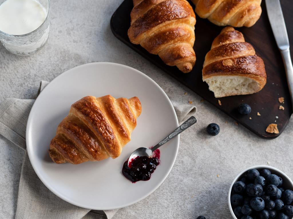 croissant francuski rogalik z konfiturą i owocami na słodkie śniadanie