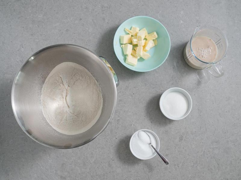 mąka, miekkie masło, sól, cukier, zaczyn z wody i drożdży suszonych instant Dr. Oetkera