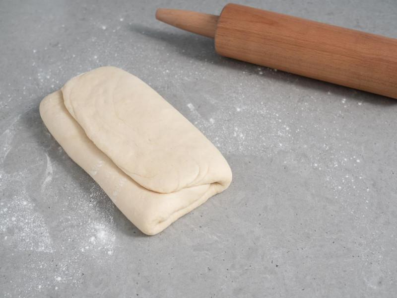 złożone ciasto drożdżowe na croissanty
