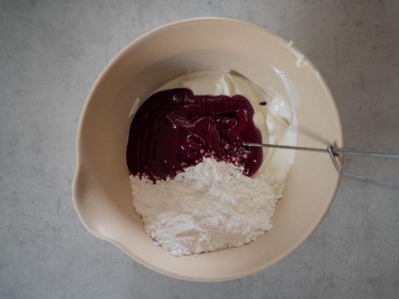 w misce jogurt z przetartymi owocami oraz cukier puder