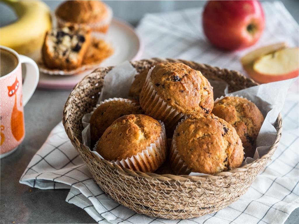łatwe muffinki bananowe z kawałkami gorzkiej czekolady na drugie śniadanie
