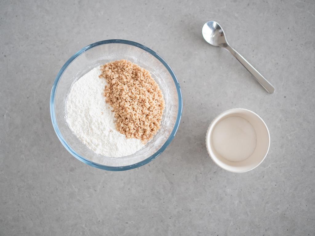 mąka pszenna, proszek do pieczenia, sól, mielone migdały, cukier