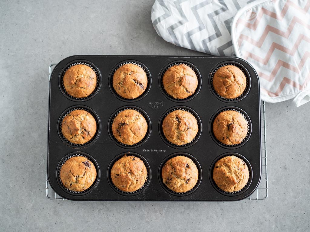 upieczone muffinki bananowe z czekoladą