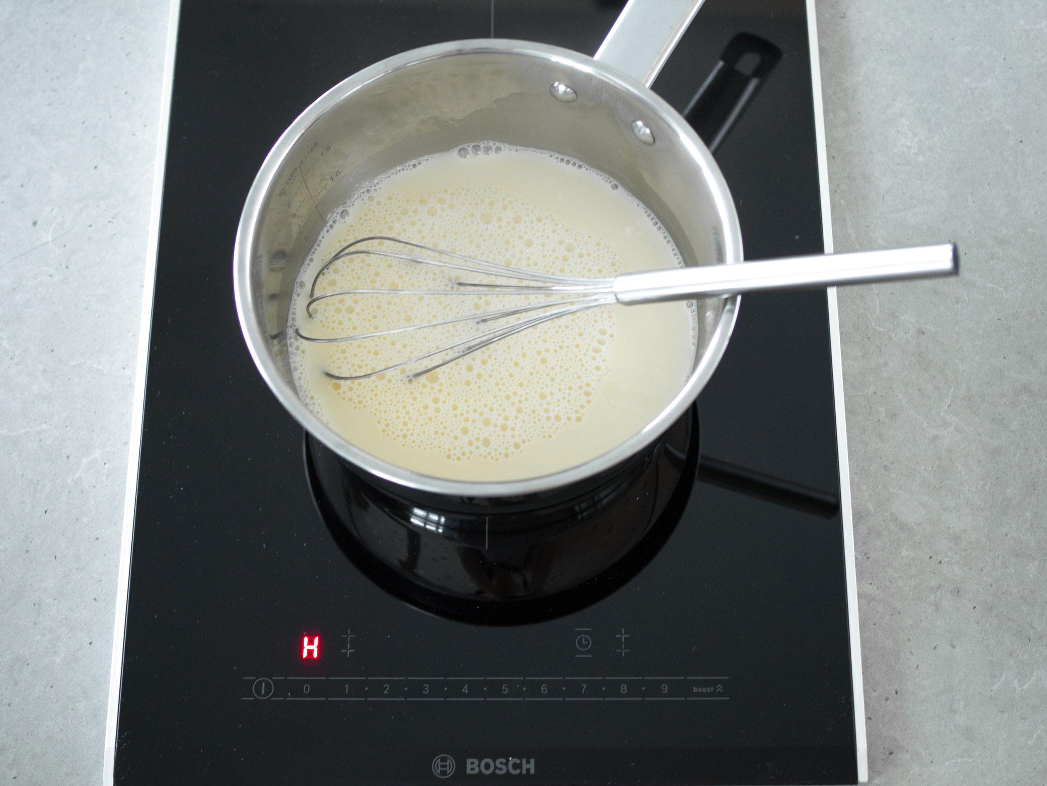 Mleko sojowe w garnku.