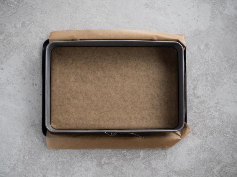 prostokątna forma wyłożona papierem do pieczenia
